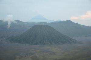 Gunung Batok dengan ketinggian 2440 m dpl yang selalu mendampingi Gunung Bromo.