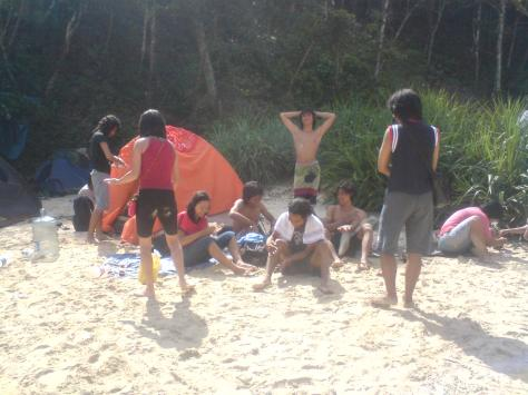 Camping diatas pasir putih halus