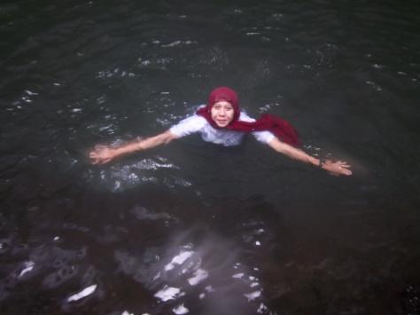 di Bawah Air terjun, kita bisa berenang di telaga yang kata penduduk setempat berkedalaman 20 M.