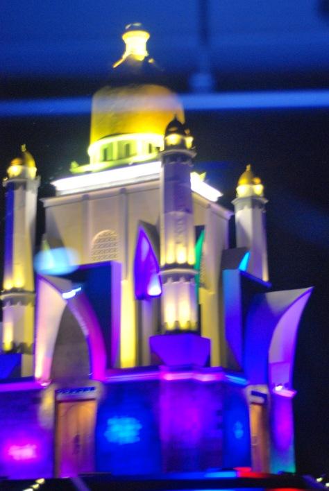 Diperjalan malam kita akan melihat Monumen masjid yang cantik cahaya lampunya di Pulau ini (Sempatkan!!)