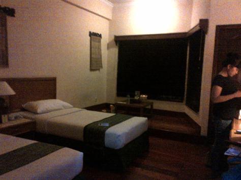 Twin Bed dan sebuah Teras Lesehan untuk menikmati secangkir kopi / teh