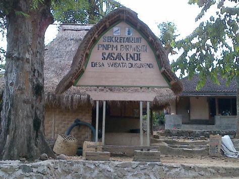 Rumah Adat Suku Sasak, yang Lantainya terbuat dari Kotoran Sapi yang kaya serat..hehehe