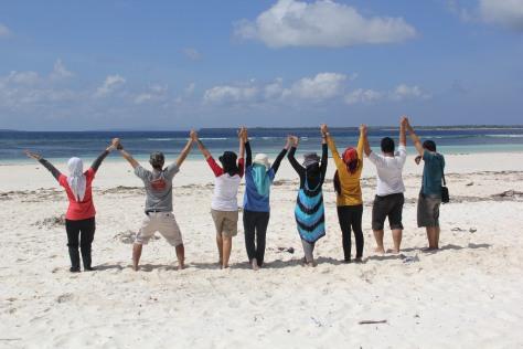 Berkumpul bersama Teman di Pantai Bara