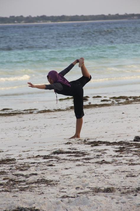 Pose Yoga di Bira Asyik Juga,, xixixixixi, meski belum mahir juga sih