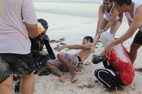 Gimana kalau udah perang pasir kayak gini??GOKIL!