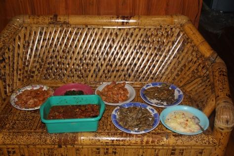 Menu makan malam di Tanjung Bira lengkap banget......!