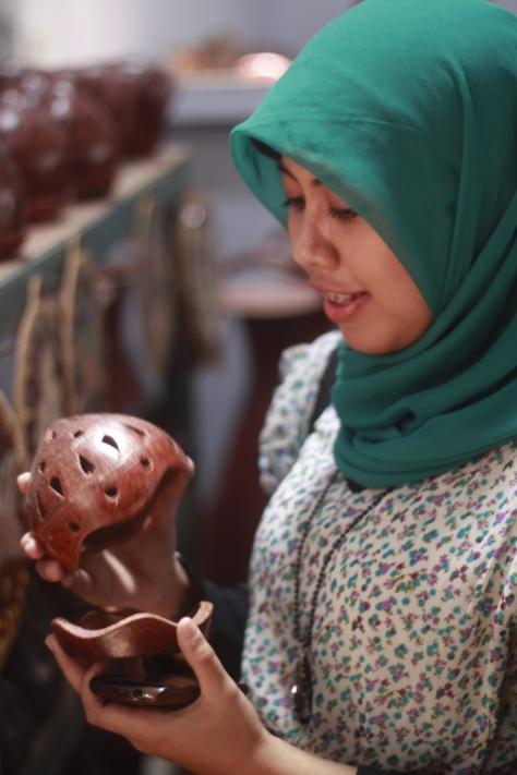 Ini Lucuu....Gerabah untuk Aroma Terapi menyerupai teluuurr.. :P (Photo by : Mas Wira)