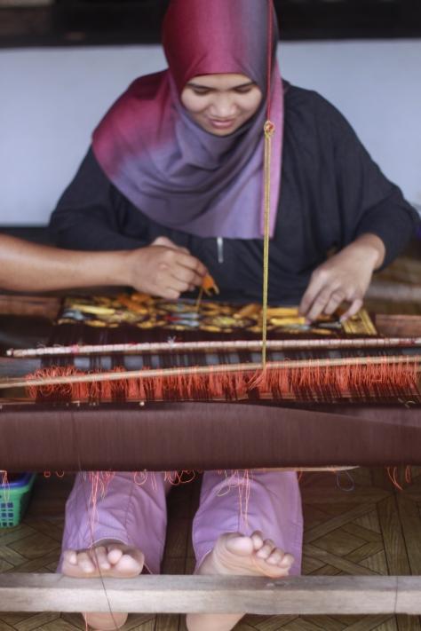 Belajar Menenun Kain Khas Suku sasak (Photo by : Mas Wira)