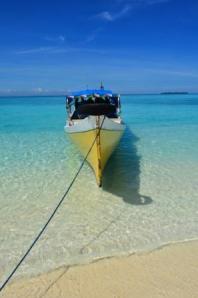 Perahu alat transportasi untuk menuju Lanjukang Island