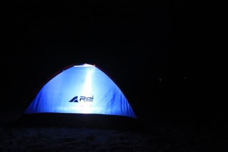 Bubu dalam tenda dan sleeping bag di tepi pantai