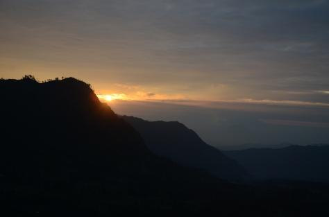 Pemandangan Penanjakan 2 : bisa kita lihat matahari terbit seperti menyelip  di Puncak Penanjakan 1.