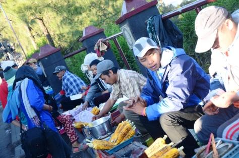 Para Pedagang penjual jagung bakar dan aneka gorengan, beli buat sarapan ENAK juga