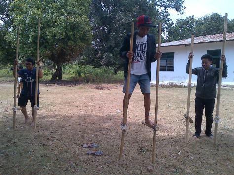 Nah yang satu ini sulit sekali..hiks. namanya Mallongga / Enggrang. Permainan ini baik untuk melatih keseimbangan.