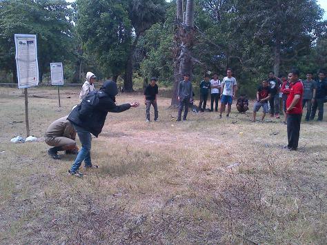 ini Lho... yang namanya Massanto' (games No.7). permainan ini adalah permainan tim yang caranya melemparkan Batu Kuning seperti belerang ke arah batu tim lawan yang telah disusun.