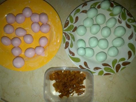 bentuk bulatan-bulatan kecil dan siap untuk diberi isian gula jawa