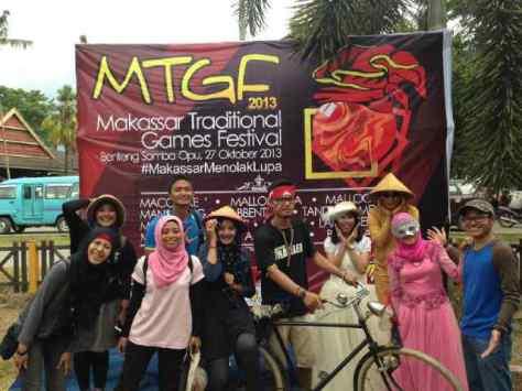 sexy beauty traveler dengan beberapa teman dan panitia penyelenggara acara MTGF