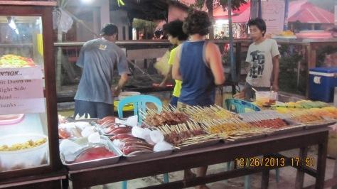 Aneka Ikan, Seafood dan Sate siap bakar di Jual di Pasar Keradjinan Gili Trawangan