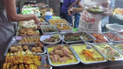 Aneka Lauk dan Kue-Kue bisa dimakan di tempat ataupun dibungkus dibawa pulang ke hotel