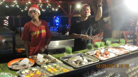 Ini Para Asisten Cheff di sebuah Cafe sedang mempromosikan menu dinner malam itu