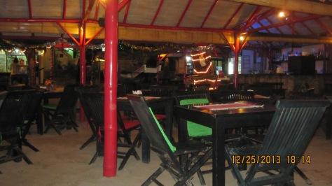 Suasana Cafe nyaman dan cozy secara dipinggir pantai posisinya
